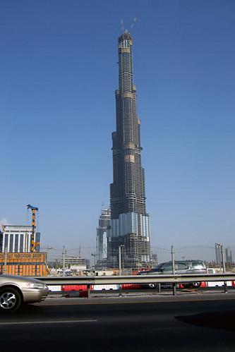 建設中のブルシュ・ドバイ。バビロンの塔みたいだな。