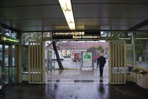 シェーンブルン駅入り口