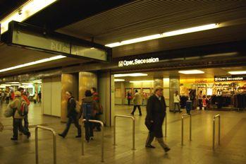 karlsplatz駅地下道