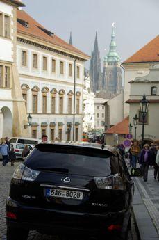 レクサス プラハ城をバックに