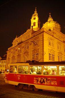 夜のマラーストラナ広場