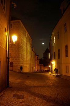 夜のプラハ城内