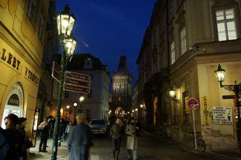 夜のツェレトゥナー通り