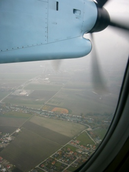 飛行中のプロペラ機