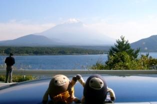 本栖湖湖岸にて富士山をバックに