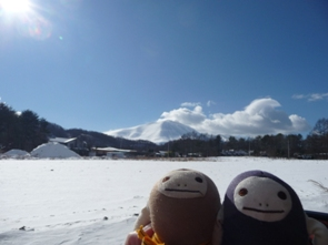 浅間山をバックに あけおめことよろ2011年