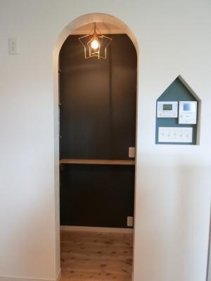 R垂れ壁とお家型ニッチ 星のお洒落照明 おしゃれパントリー スイッチニッチ