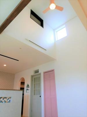 吹き抜けのあるお家 お洒落空間の家 無垢のフローリング 広々リビング 新築 建築