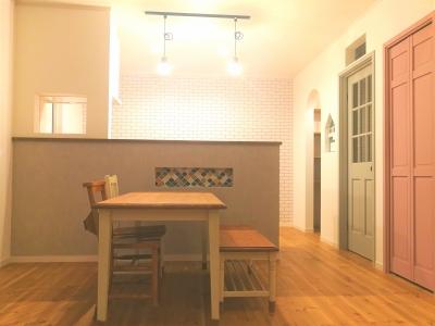 グレーのドア ピンクのドア モザイクタイル ニッチ キッチンカウンター おしゃれリビング 吹き抜けのあるLDK