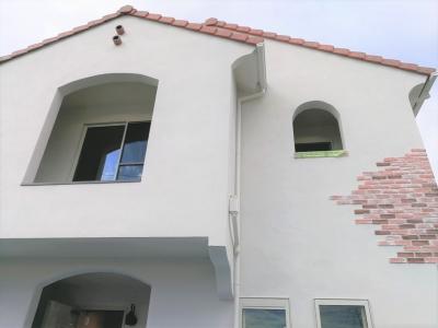 新築住宅 建築中 外観 白い家 赤い屋根 ブリック 2世帯住宅 沼津市 R
