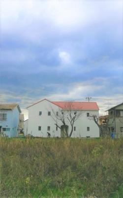 新築住宅 建築中 外観 白い家 赤い屋根 ブリック 2世帯住宅 沼津市 R 波の形の手摺り 国道一号線から見える