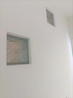 新築住宅 建築中 階段壁 装飾 白い家 2世帯住宅 沼津市 ガラス埋込 塗壁 漆喰  吹き抜けのある家