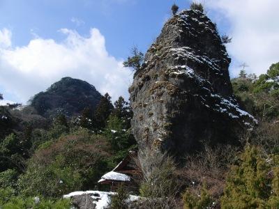 岩屋神社と権現岩の雪景色