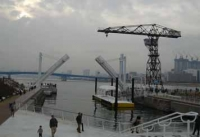 左右の橋が上がった状態の水上バス乗り場