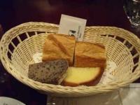 手前の左がゴマとくるみのパン