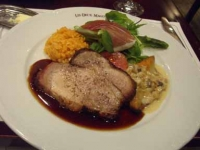 肉と魚と生ハム入りサラダの盛り合わせプレート