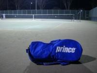 テニスコートと見分不相応なバッグ