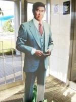 館内入口には等身大の裕次郎さんが待っている