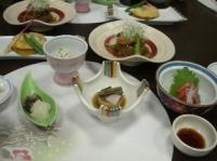 夕食はいろんな料理が並びます