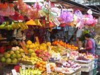 市場ではフルーツがてんこ盛りで売られていました