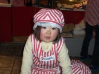 ソフトクリーム屋さんの衣装を着るアカリちゃん