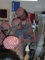 ジョウズニソフトクリームを作るアサヒくん