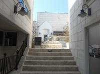 小さな階段が広場に続いている