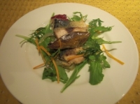 前菜のグリルされたサバののったサラダ