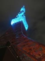 真下から見た青い東京タワー