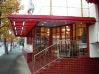赤いドアと屋根が目印
