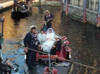 ゴンドラに乗った花嫁と花婿