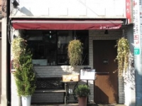 赤い屋根がかわいい小さなお店