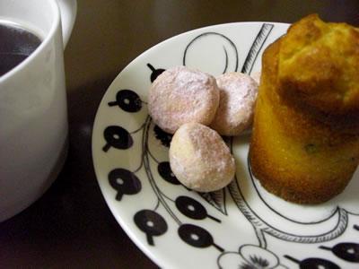 マディラケーキとスノーボールクッキー(ラズベリーフレーバー)画像
