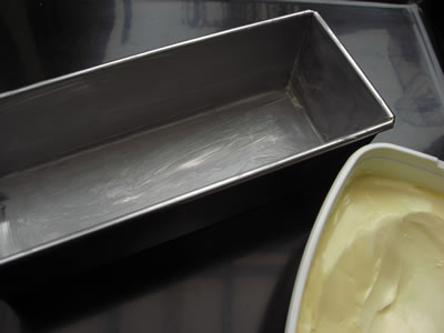 パウンドケーキ型の内側にマーガリン(もしくはバター)を薄く塗って型抜けを良くします。