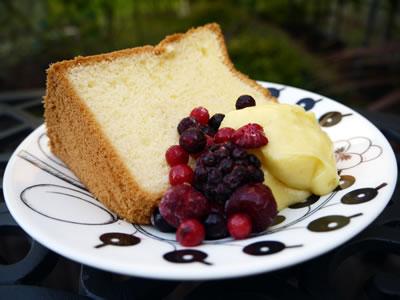 プレーンシフォンケーキにカスタードクリームとミックスベリーを添えて。