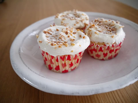 バタークリームをたっぷりのせたカップケーキ