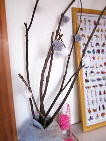毛糸のポンポンでツリーを飾る