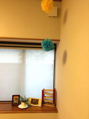 リビングの一角、出窓部分はイラストを飾ってます