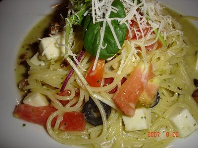 ブレアハウス トマトとモッツァレラチーズの冷製パスタ 黒オリーブ風味