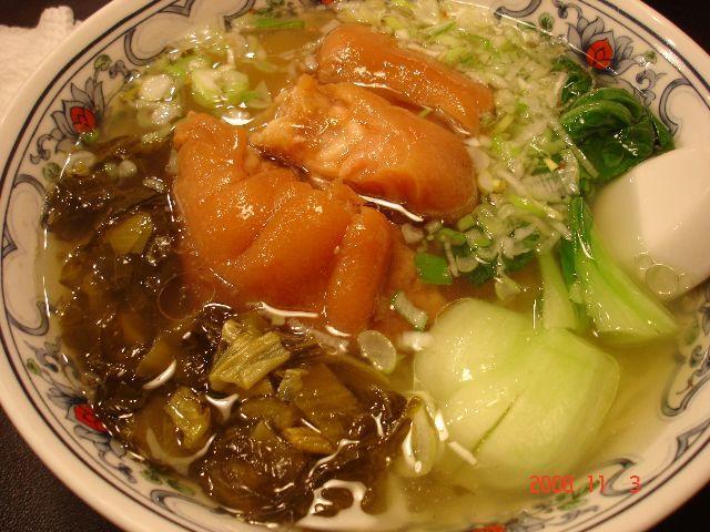 香菜(シャンツァイ) 豚足ソバ