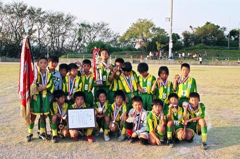 見事6回目の優勝に輝いた三城サッカースポーツ少年団チーム