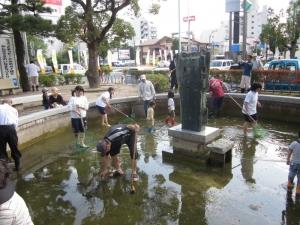 公会堂の池掃除