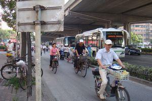 自転車に乗る人々