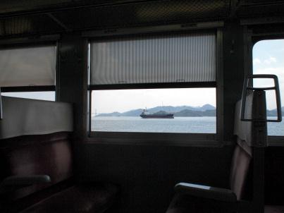 JRの電車から岡山・三原間の瀬戸内海