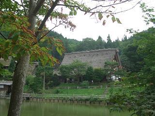 飛騨の里・旧西岡家(五阿弥池から)