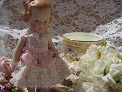 お人形とカップ