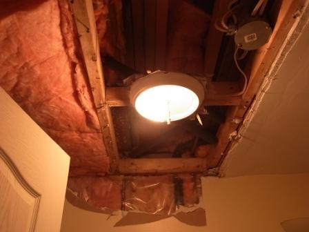 地下のバスルームの天井