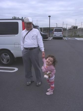 おじいちゃんと手をつなぐ
