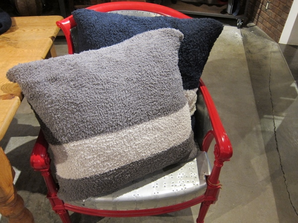 BAREFOOT DREAMS ベアフットドリームス CozyChic Throw Pillow 2.jpg