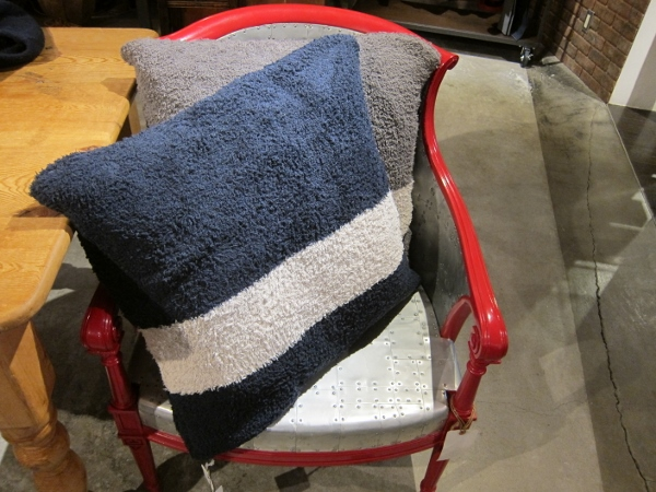 BAREFOOT DREAMS ベアフットドリームス CozyChic Throw Pillow 1.jpg